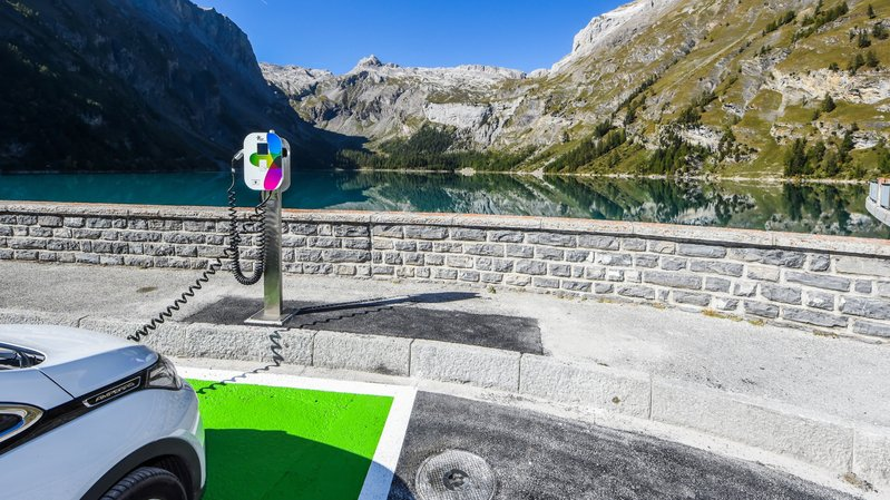 La nouvelle borne de recharge électrique installée à Zeuzier.