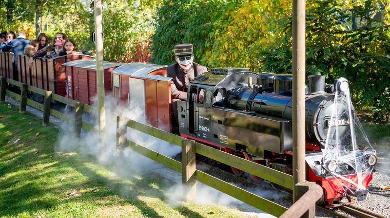 Du 12 au 31 octobre, l'intégralité du parc, le personnel et les trains du Swiss Vapeur Parc affichent les couleurs d'halloween.