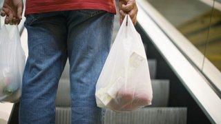 Greenpeace reproche à Coop et Migros d'utiliser encore trop d'emballages plastiques