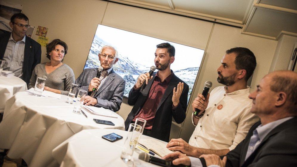 Bruno Perroud (UDC et union des citoyens), Corinne Card (PS et gauche citoyenne), Daniel Moulin (Appel citoyen), Stève Bobillier (Verts et citoyens), Damien Clerc (PDC) et Patrice Villettaz (Valeurs libérales radicales) ont débattu dans une ambiance décontractée, au café l'Helvétia de Sierre.