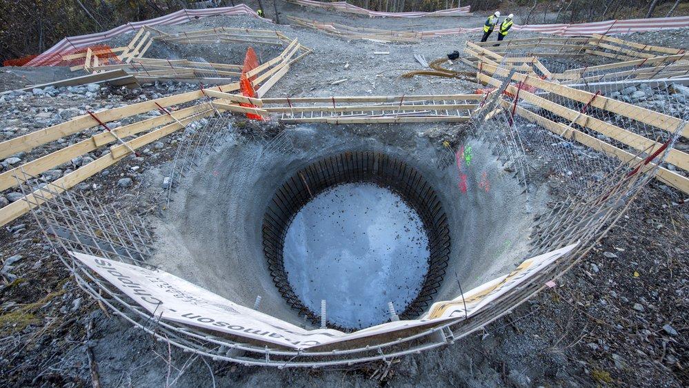 Pour accueillir les 77 pylônes fournis par une société française, Swissgrid creuse des puits jusqu'à 7 mètres de profondeur, avant d'en bétonner les fondations.
