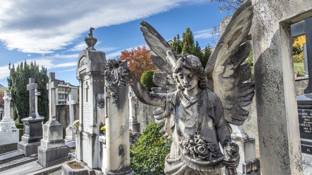 """En marge de la Toussaint et de la fête des défunts, """"Le Nouvelliste"""" vous emmène à la découverte des cimetières et des tombes  atypiques du canton."""