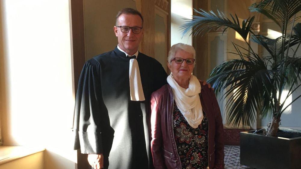 La victime de l'agresseur à la hache – ici avec son défenseur Me Léonard Bender – dit son soulagement après le nouveau verdict rendu par le Tribunal cantonal.