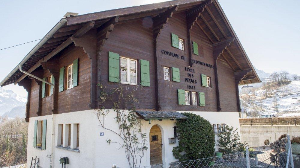Un couple de retraités continue d'habiter l'école des Neyres.