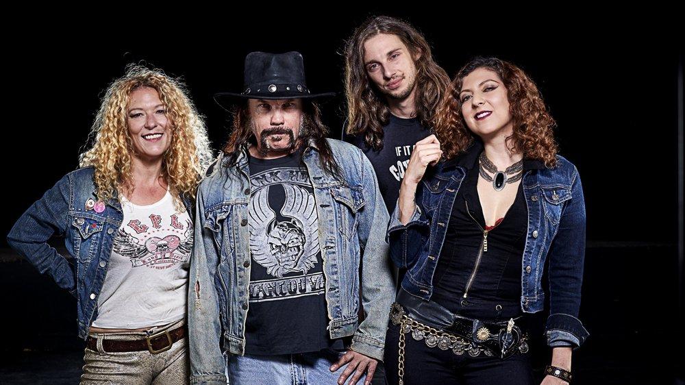 Ruyter Suys, son mari et guitariste/chanteur Blaine Cartwright, le batteur Ben Thomas et la bassiste Bonnie Buitrago.