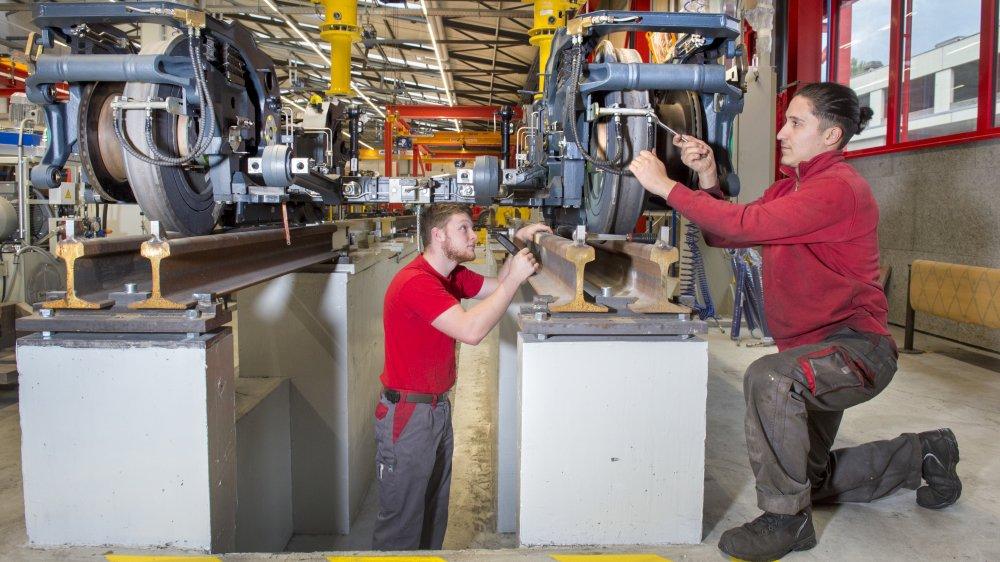 Dans la halle OctoFer, ces employés de TMR terminent la révision d'un bogie destiné à la ligne Rhône Express, dans la région de Lyon.