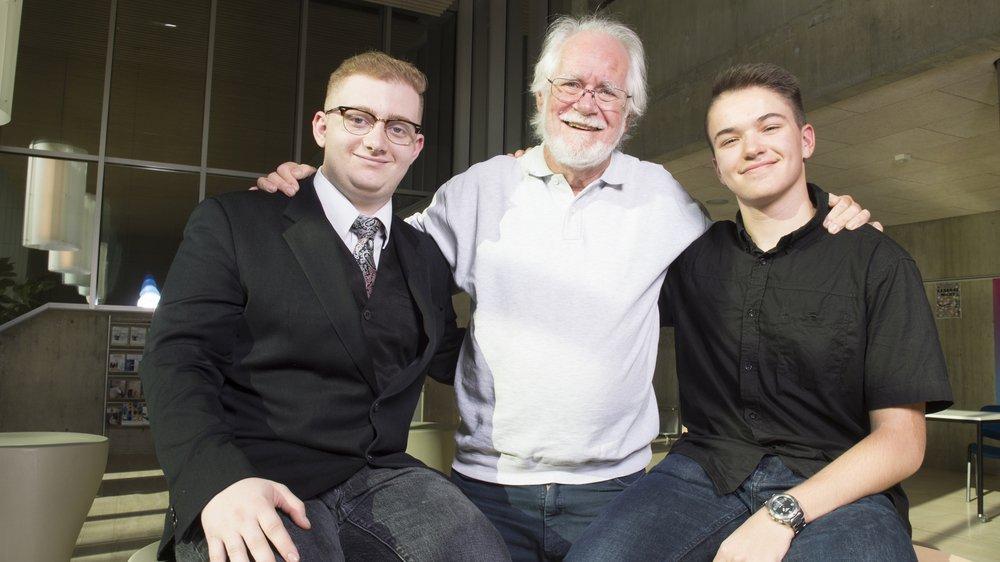 Jayson Taub, étudiant aux Creusets, et Martin Maret, collégien à la Planta, ravis de leur rencontre privilégiée avec Jacques Dubochet.