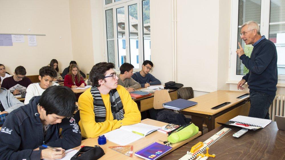 Stéphane Rouvinez en compagnie d'une des classes de la filière bilingue français-anglais du collège de l'Abbaye de Saint-Maurice.