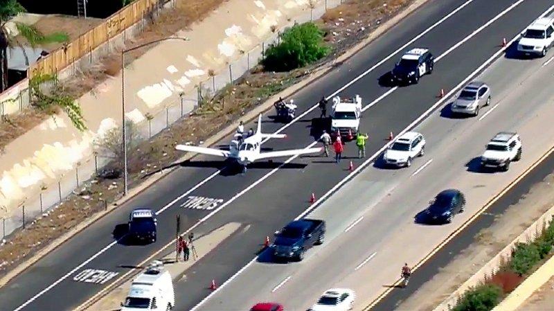 Etats-Unis: un avion atterrit d'urgence au beau milieu d'une autoroute