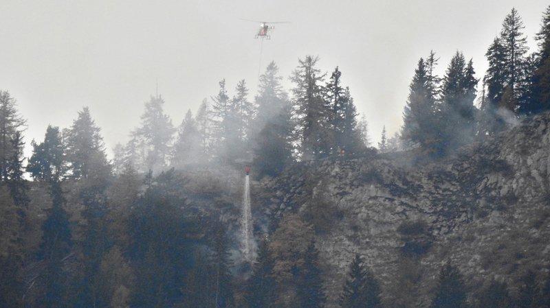 Savièse: étendu sur 5000m2, le feu de forêt est «contenu mais pas totalement éteint»