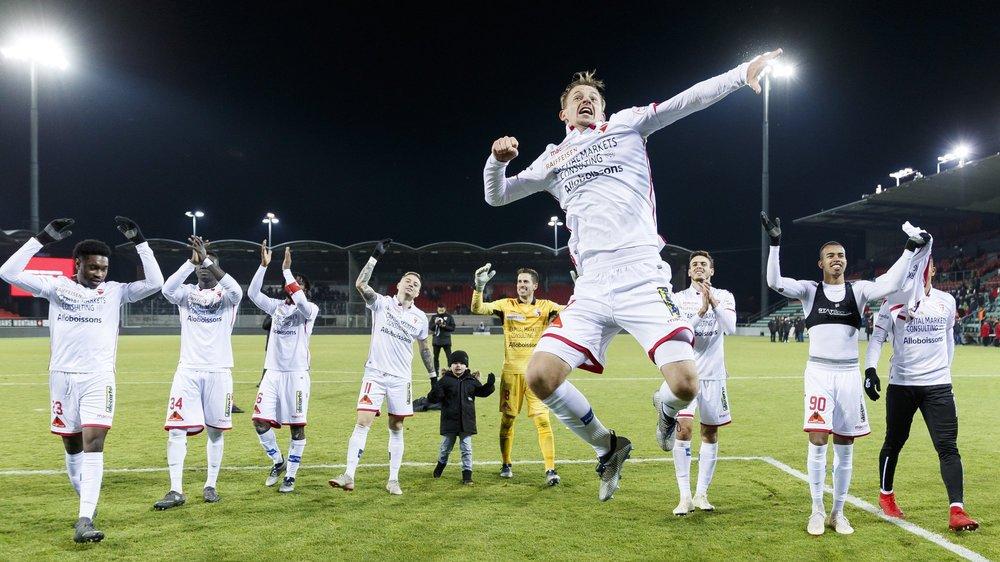 André Neitzke saute de joie pendant que ses coéquipiers saluent les supporteurs du gradin nord après la victoire du FC Sion face à Lucerne