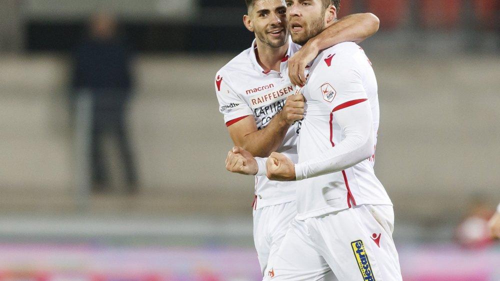 Jan Bamert félicite Pajtim Kasami pour l'ouverture de la marque contre Lucerne