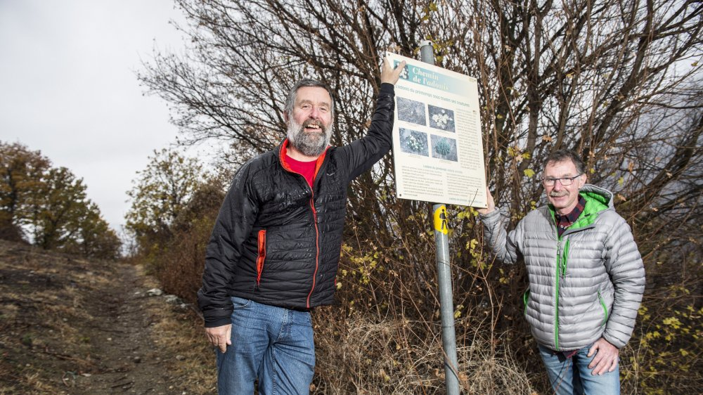 Frédéric Vouillamoz et Christian Jordan ainsi que quatre autres bénévoles ont remis en état et entretiennent les quelque 100 kilomètres de chemins pédestres de la commune de Saxon.