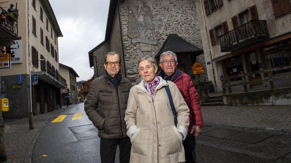 Une aventure de huit ans s'achève pour les trois rédacteurs – Benjamin Revaz, Madeleine Bochatay et André Coquoz (à dr.) posant ici au cœur du village de Salvan – du dictionnaire du patois de la vallée du Trient.