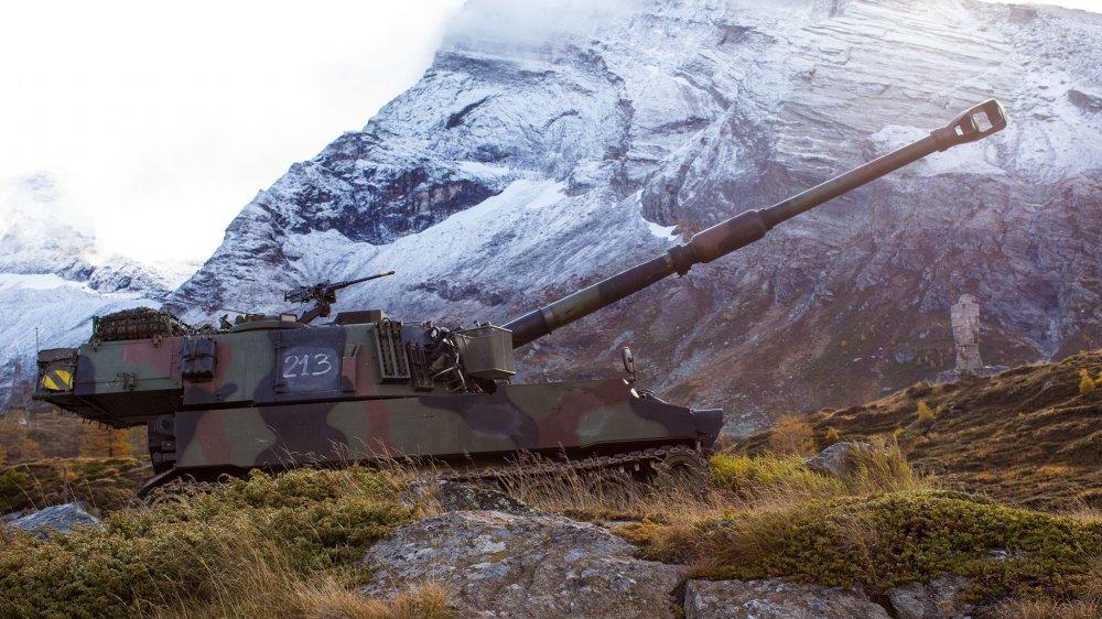 Une quinzaine d'obusiers blindés M109 comme celui-ci (ici au Simplon) circulent jusqu'à mercredi sur les routes valaisannes.