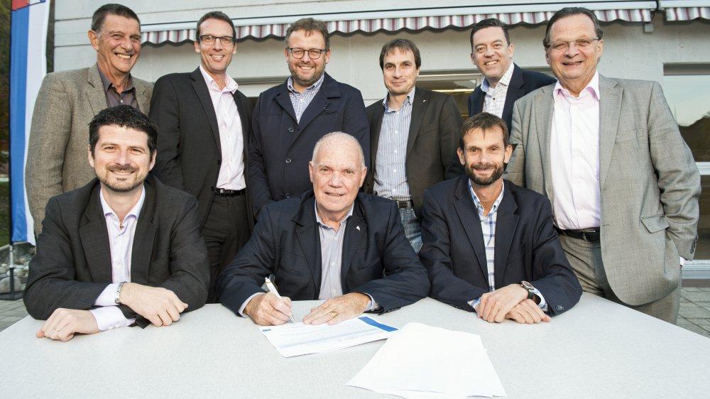 Yannick Buttet (Collombey-Muraz), Luc Fellay (Champéry), Laurent Lattion (Vionnaz, tous assis), Reynold Rinaldi (Vouvry), Werner Grange (Saint-Gingolph), Fabrice Donnet-Monay (Troistorrents), Ismaël Perrin (Val-d'Illiez) et Pierre Zoppelletto (Port-Valais): neuf présidents unis dans le projet ValChablais Invest SA.