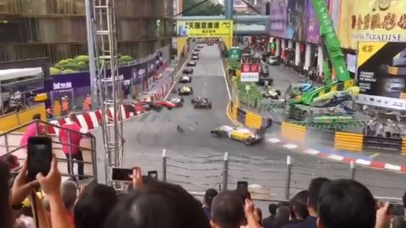 La voiture a décollé à pleine vitesse dans un violent accident.