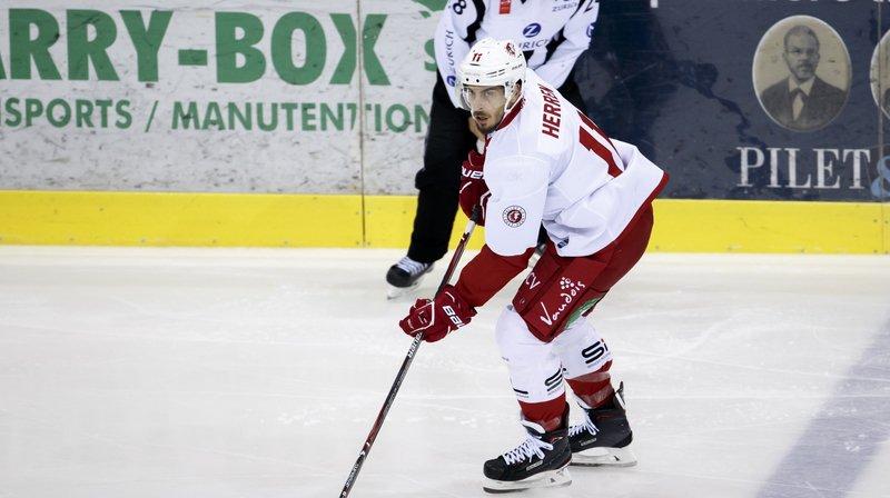 Le hockeyeur valaisan de Lausanne Yannick Herren freiné dans son élan