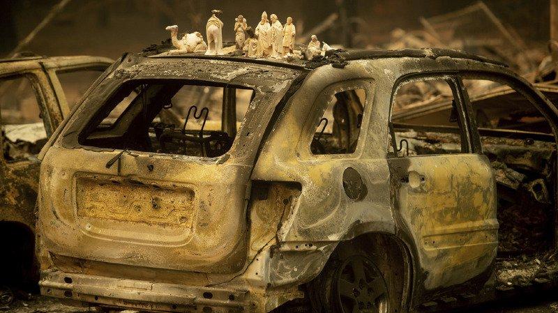 En plus des maisons, les flammes ont détruit d'importantes infrastructures comme des lignes électriques, des canalisations et des routes.