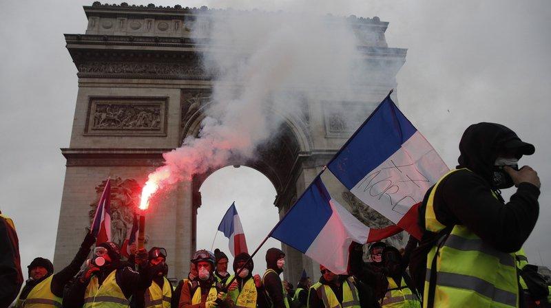 """Paris: les """"gilets jaunes"""" s'en prennent à l'Arc de Triomphe"""