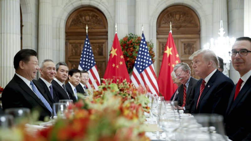 """Les chefs d'Etat des deux premières puissances économiques ont """"trouvé un accord pour mettre fin à la mise en oeuvre de nouveaux droits de douane"""", a indiqué le ministre chinois des affaires étrangères Wang Yi, après un dîner de travail de plus de deux heures des dirigeants et de leurs conseillers."""