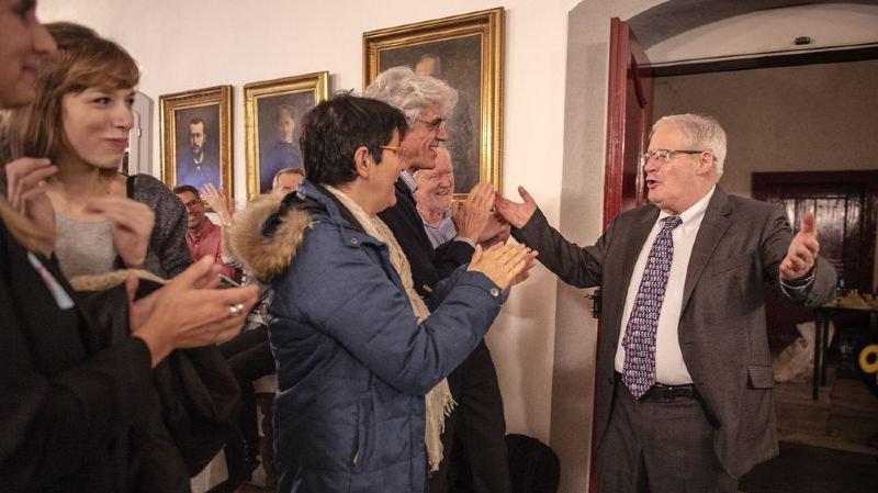 Jean Zermatten accueilli par des applaudissements au stamm d'Appel Citoyen.