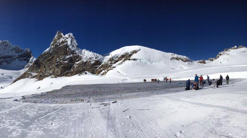 Record Guinness: carte postale XXL dénonçant le réchauffement déployée sur le glacier d'Aletsch (VS)