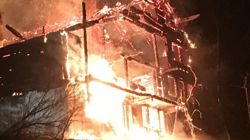 Le chalet a pris feu vers 23h dimanche soir.