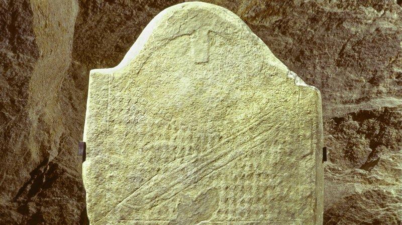 Une des stèles découvertes au Petit-Chasseur et exposée autrefois dans le musée d'archéologie.