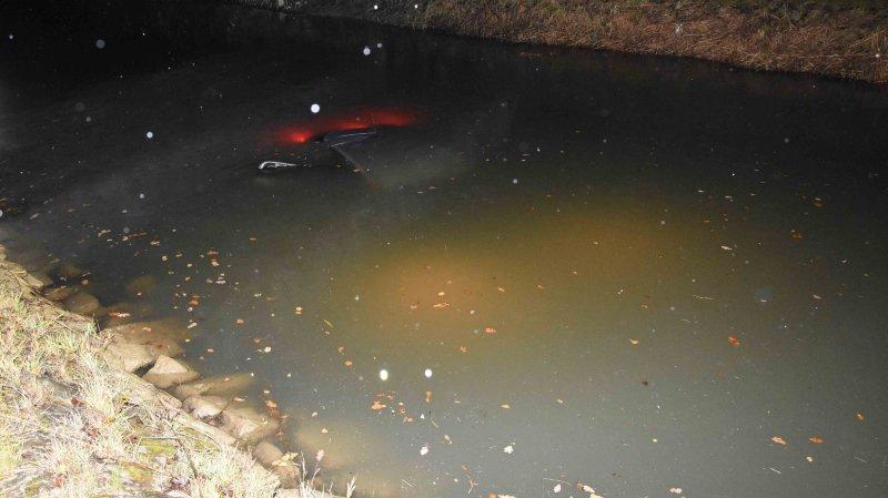 Les deux octogénaires ont été transportés à l'hôpital. Une grue est ensuite intervenue pour sortir la voiture de la rivière.