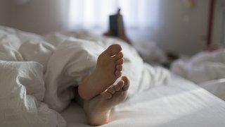 Grisons: un ivrogne s'introduit dans la chambre d'un couple et se glisse dans son lit