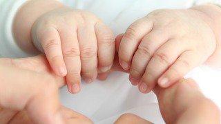Bâle-Ville: une députée expulsée de la salle du Grand Conseil pour avoir pris son bébé avec elle