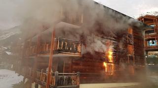 Les pompiers luttent contre le feu à Verbier