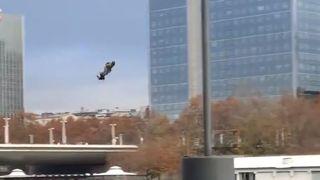 Paris: un «hoverboardmilitaire» survole la Seine