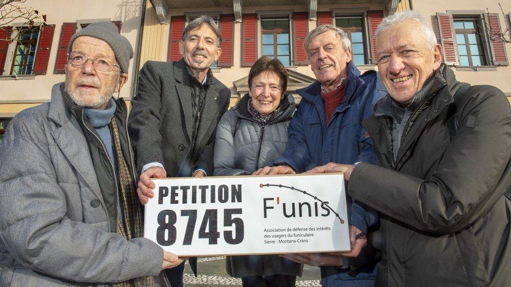 L'association F'unis a déposé lundi après-midi les 8745 paraphes récoltés depuis la création du mouvement au mois de septembre.