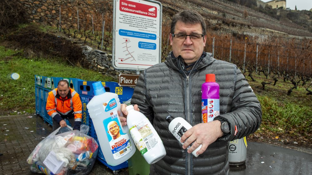 Le président de Saillon, Charles-Henri Thurre, n'envisage pas d'abandonner la récolte du PET, même si celle-ci est compliquée par la présence de toujours plus de plastique.