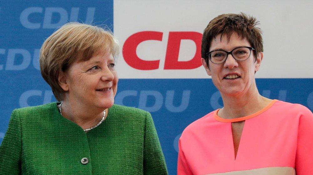 Annegret Kramp-Karrenbauer (à droite) a de grandes chances de succéder, un jour, à Angela Merkel.