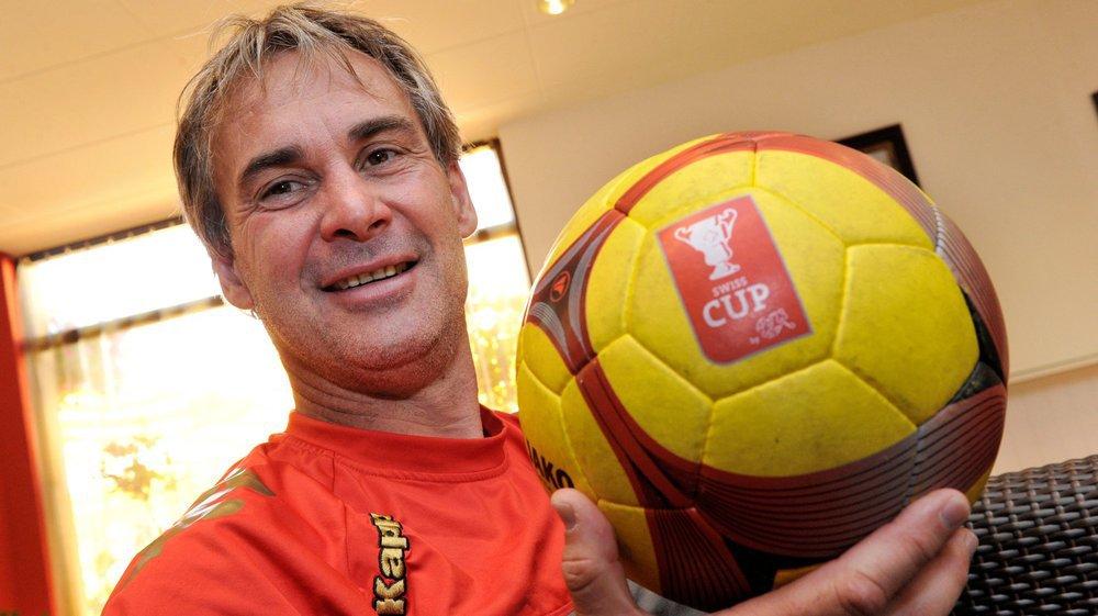 Laurent Roussey présente le ballon utilisé pour la douzième finale de la Coupe de Suisse gagnée par le FC Sion en 2011.