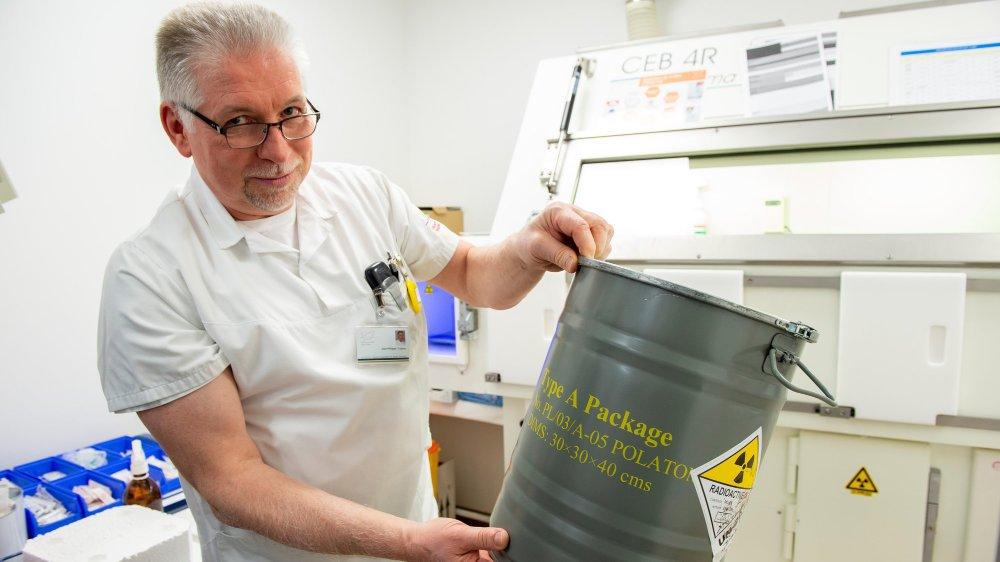 Jean-Philippe Coppey montre le container dans lequel est transporté le générateur.