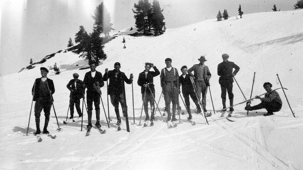Sortie du ski-club Arpettaz de Nendaz à Tracouet, vers 1930-1935.