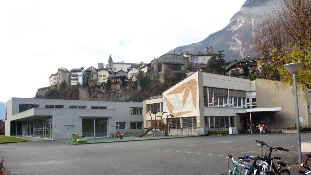 Dans un premier temps, de nouvelles salles de classe vont être aménagées dans l'actuelle crèche-UAPE (à g.).