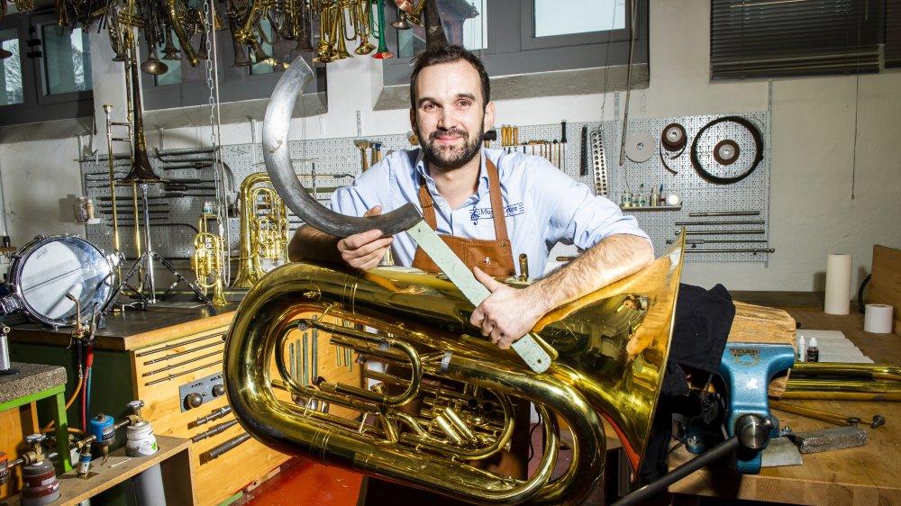 Elie Darbellay est l'un des rares jeunes en Suisse à se former en tant que réparateur d'instruments de musique à vent.