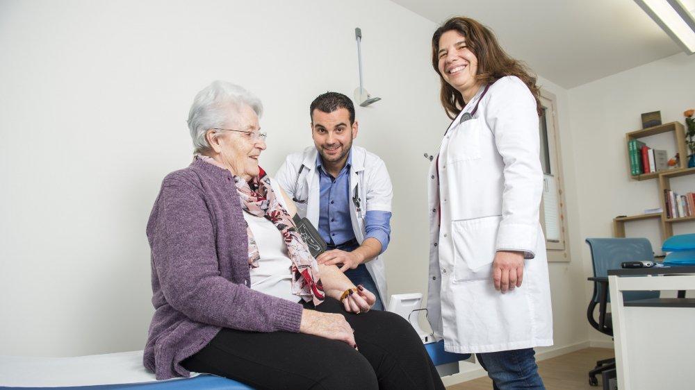 Auscultée par le médecin assistant Daniel Reboredo sous la supervision de la doctoresse Paula Félix, Eliane Maret de Bruson se dit enchantée par les prestations de la Maison de la santé de Sembrancher.