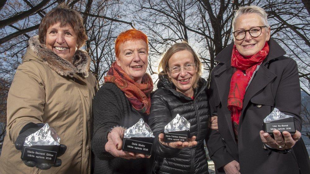 Marie-Bernard Gillioz, Doris Mudry, Marie-Thérèse Chappaz et Lise Es-Borrat, liées par une franche camaraderie, ont reçu les premiers Mérites Agricoles du canton du Valais, symbolisés par un trophée en forme de Cervin créé par l'Ecole des métiers du Valais.