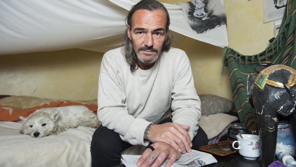 Stéphane Michelet tente de remonter peu à peu la pente. Il vit seul avec sa chienne Gaïa.