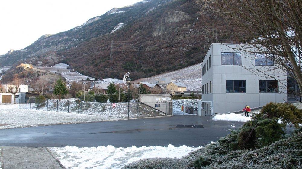 La future crèche-UAPE-nurserie de Charrat sera construite sur ce terrain (à g. sur cette photo), à proximité de l'école et de la crèche actuelle (à dr.).