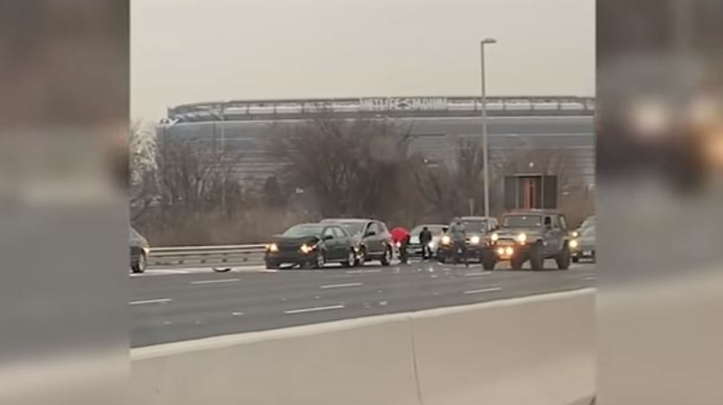 Un fourgon déverse des billets sur l'autoroute