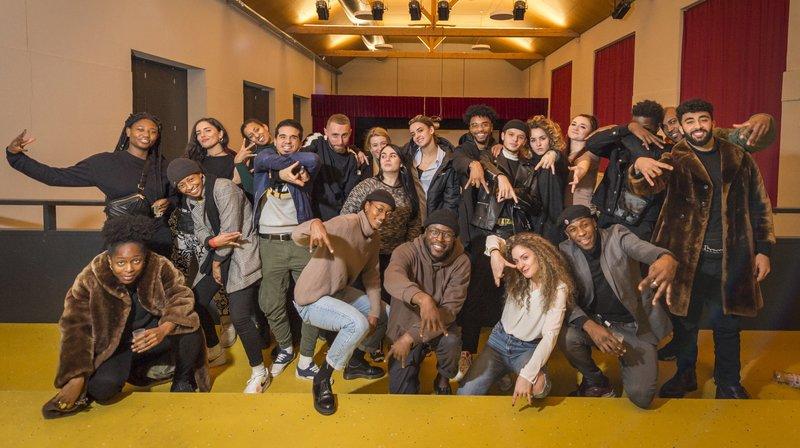 Les danseurs ont assisté à la diffusion de la demi-finale avec leurs proches à Martigny. Ici ils posent avec leurs potes danseurs du WLS Crew.