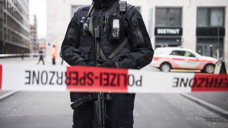 Dans la nuit de lundi à mardi, un homme a tiré à plusieurs reprises sur un bistrot à Rüti, dans l'Oberland zurichois. Un homme a été mortellement blessé.