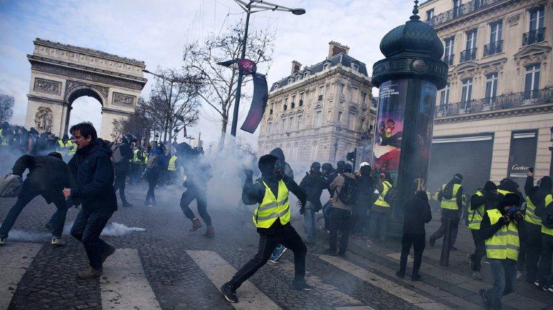 """La tension monte à Paris pendant la révolte des """"Gilets jaunes""""."""